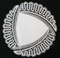 Prtiček (398) - idrijska čipka Vanda Lapajne Crochet Diagram, Crochet Motif, Crochet Designs, Crochet Purse Patterns, Bobbin Lace Patterns, Embroidery Kits, Ribbon Embroidery, Embroidery Designs, Bruges Lace