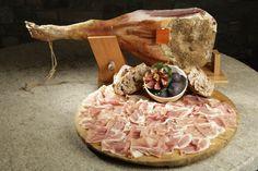 Valle d'Aosta - Jambon de Bosses DOP: al taglio presenta una forma compatta, colore rosso scuro, sapore aromatico, leggermente salato e con una punta di dolce. Può essere affettato o, meglio, tagliato a mano e accompagnato con una fetta di pane nero e di burro di montagna o con il miele e le noci.