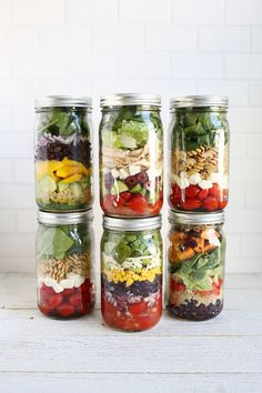 Layering salad in a glass - 10 recipes for layered salad for .-Salat im Glas schichten – 10 Rezepte für Schichtsalat zum Mitnehmen The salad ingredients are layered in a certain way in the glass - Mason Jars, Mason Jar Meals, Meals In A Jar, Full Meals, Pot Mason, Canning Jars, Quick Meals, Salad In A Jar, Soup And Salad