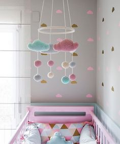 QT | 'cause we ♡ cloud #decoração #interiores #interiordesign #quartodemenina #modernbabyroom #quartodecriança #enxovaldebebe #babyroom #babyroomideas #cloudobssessed #kitberço #adesivonuvem #bercorosa #mobilenuvem #mobilecrochet