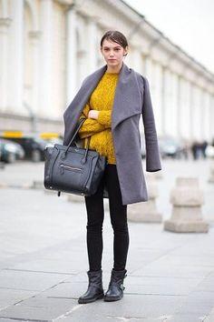 からし色・黄色のニットとグレーのコートコーデ