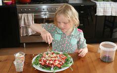 Jobke had zin in aardbeien en heeft een superlekkere salade gemaakt van onder andere aardbeien, veldsla, geitenkaas en zwarte quinoa naar een recept van Marleen van Es.