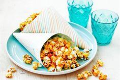 Amerikkalainen hitti - pop corn - saa nyt ylleen makean ja pähkinäisen kuoren. Nämä herkut voi tehdä hyvissä ajoin, sillä ne säilyvät huoneenlämmössä, kevyesti peitettynä pitkään. Kokeile ja ihastu! http://www.valio.fi/reseptit/caramel-pop-corn/