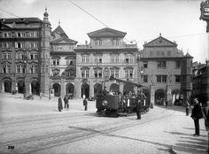 Vyhlídkový vůz kolem roku 1926 na Malostranském náměstí, kde měl vyhrazenou vlastní odstavnou kolej.