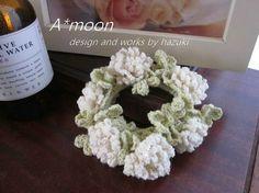 シロツメクサの花飾りシュシュ #90の作り方|編み物|編み物・手芸・ソーイング|アトリエ|手芸レシピ16,000件!みんなで作る手芸やハンドメイド作品、雑貨の作り方ポータル
