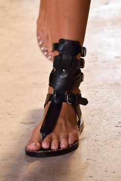 Sandals Summer Isabel Marant été 2015 - There is nothing more comfortable and cool to wear on your feet during the heat season than some flat sandals. Gladiator Sandals, Leather Sandals, Flat Sandals, Steve Madden Schuhe, Hot Shoes, Shoes Heels, Flats, Louboutin Shoes, Black Shoes