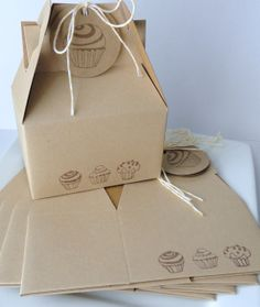 Cupcake Trio Border Gable Boxes Hand stamped by KcPaperWorks Package Cupcake Packaging, Bakery Packaging, Brand Packaging, Packaging Design, Packaging Ideas, Packaging Biscuits, Super Cookies, Gable Boxes, Cupcake Boxes