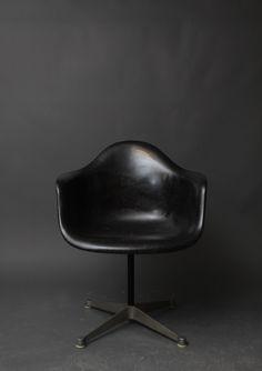 Love this Vintage Herman Miller Eames Black Fiberglass Swivel Shell Chair Mid Century Chair, Mid Century Furniture, Chair Design, Furniture Design, Teak Furniture, Chaise Vintage, Charles & Ray Eames, Take A Seat, Vintage Design
