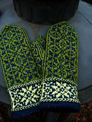 Ravelry: Quaternity pattern by Rose Hiver free pattern . vingerzetting wgt Ravelry: Quaternity pattern by Rose Hiver free pattern . Knitted Mittens Pattern, Fair Isle Knitting Patterns, Knitted Slippers, Knit Mittens, Knitting Charts, Knitted Gloves, Knitting Designs, Hand Knitting, Ravelry