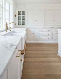 Trend Alert : Drip Rails Under Kitchen Sinks - Küchenarmaturen Farmhouse Style Kitchen, New Kitchen, Kitchen Decor, Two Tone Kitchen, Design Kitchen, Kitchen Ideas, Home Design, Floor Design, Kitchen Cabinet Doors