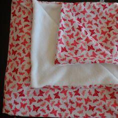 Couverture d'appoint idéale dès la naissance, très douce et épaisse, une face blanche papillons roses, l'autre blanche
