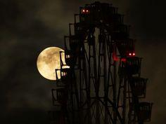 The supermoon is seen behind a Ferris wheel in Tokyo, Japan. Lunar Magic, Astronomical Events, Moon Dance, Go To Japan, Moon Rise, Moon Moon, Moon Lovers, Super Moon, Son Luna