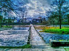 Boa noite :D O Pontilhão da Valeta em Arcos de pelas 12:30 do dia cinzento e chuvoso de hoje. Apesar disso o Sol insistia em romper as nuvens (de vez em quando) proporcionando estes belos efeitos prateados nas águas cristalinas do rio Vez
