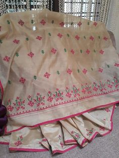Hand Embroidery Dress, Hand Embroidery Videos, Embroidery Saree, Simple Embroidery, Hand Embroidery Stitches, Kalamkari Blouse Designs, Netted Blouse Designs, Simple Blouse Designs, Handmade Embroidery Designs