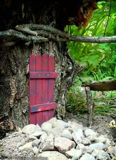 Easy fairy door out of popsicle sticks - possible Elf door. Gnome Door, Gnome House, Fairy Garden Houses, Gnome Garden, Fairy Gardens, Miniature Gardens, Fairy Garden Supplies, Fairy Tree, Fairy Doors