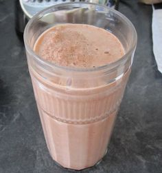 Low-Fat, Fat-Free Wendy's Frosty copy-cat 1 cup fat free milk 2 tablespoons chocolate fat free sugar free Jello instant pudding 2 tablespoons fat free Cool Whip 8 ice cubes Blend together in blender Weight Watcher Smoothies, Low Carb Smoothies, Weight Watchers Desserts, Smoothie Drinks, Smoothie Diet, Smoothie Recipes, Ww Recipes, Low Carb Recipes, Snack Recipes