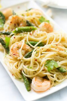 spaghetti recipes Lets make this easy-to- Garlic Shrimp Spaghetti recipe and enjoy it with a glass of wine! Fish Recipes, Seafood Recipes, Pasta Recipes, Dinner Recipes, Cooking Recipes, Healthy Recipes, Juice Recipes, Kitchen Recipes, Asparagus
