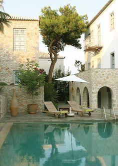 #jemevade #ledeclicanticlope / Maison sur l'ile Spetses en #Grece. En automne, ça fait aussi plaisir. Via sadecor.co.za