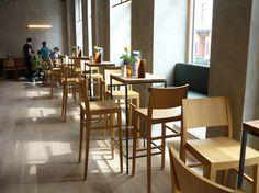 Dellago - jung italienisch am hippen Yppenplatz mit veganen Optionen. Wien Lokal, Food Places, Conference Room, Table, Furniture, Home Decor, Room Decor, Home Interior Design
