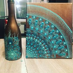 And here it is the canvas and the bottle near each other. Mandala Art Lesson, Mandala Drawing, Mandala Painting, Wine Bottle Art, Painted Wine Bottles, Mandala Canvas, Mandala Dots, Dot Art Painting, Stone Painting