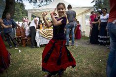 O fată de etnie romă dansează în timpul reuniunii anuale a romilor cu ocazia sărbătorii Naşterii Maicii Domnului, în Costeşti, Vâlcea, luni, 8 septembrie 2014. (  Daniel Mihăilescu / AFP  ) - See more at: http://zoom.mediafax.ro/people/sarbatoarea-romilor-la-costesti-valcea-13233821#sthash.YSJ6mBR3.dpuf