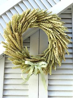 Diy fall crafts 140456082108007404 - How to Make a Fall Wheat Wreath (Video). We love using organic materials to welcome the season. Look at this natural wheat wreath video tutorial to try. Source by wreathideas Diy Fall Wreath, Summer Wreath, Holiday Wreaths, Wreath Burlap, Tulle Wreath, Winter Wreaths, Spring Wreaths, Wreaths Crafts, Grapevine Wreath