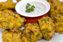 "Slimming This tasty veggie recipe was sent to us by member Katie Cockburn from Northamptonshire. ""These spicy vegetable pakoras are great for lunchboxes and make a lovely side dish for any Indian-style menu"" She says. Slimming World Curry, Slimming World Tips, Slimming World Dinners, Slimming Eats, Slimming World Recipes, Slimming World Airfryer Recipes, Veggie Recipes, Indian Food Recipes, Vegetarian Recipes"