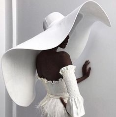 Awesome extra large floppy hat... gorgeous reminds me of Victorian era fashion Bridal Style, Bridal Hat, Bridal Looks, Fashion Shoot, Fashion Art, Spring Fashion, Editorial Fashion, Face Fashion, Autumn Fashion
