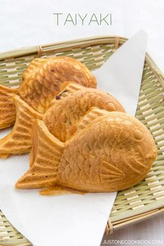 Taiyaki Taiyaki - Japanese fish-shaped cake snack with sweet red bean filling, traditionally sold by street vendors. Easy Japanese Recipes, Japanese Dishes, Japanese Sweets, Asian Recipes, Japanese Buns, Sushi Recipes, Dishes Recipes, Japanese Girl, Snacks Japonais