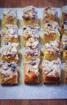 Crumb cake with apples, almonds and raisins - crumb cake alle mele, mandorle e uvetta Banana Recipes, Apple Recipes, Sweet Recipes, Cake Recipes, Italian Cake, Italian Desserts, Plum Cake, English Food, Dessert Bars
