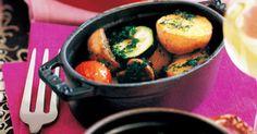 小さなココットに入れてオーブンへ|『ELLE a table』はおしゃれで簡単なレシピが満載!