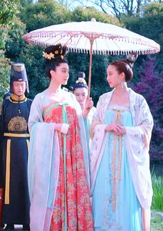 Tang Dynasty Hanfu (traditional Chinese costume). Fan Bingbing (left) and Janine Chang (Zhang Junning) (right) in 2015 Chinese TV series 'Empress of China'.