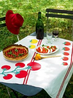 Une nappe appliquée de tomates / Tablecloth and tomatoes for picnic