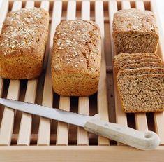 Klikk her for oppskriften på et grovt, saftig og godt brød. Our Daily Bread, Banana Bread, Food And Drink, Snacks, Kefir, Baking, Desserts, Recipes, Om