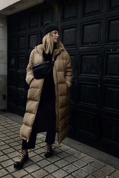 40 Best Casual Winter Outfits Ideas for Women 2020 - Fashionnita Casual Winter Outfits, Winter Fashion Outfits, Fashion Dresses, Woman Dresses, Women's Casual, Mode Dope, Mode Mantel, Long Puffer Coat, Moda Paris