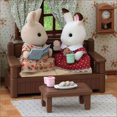Sylvanian Families Chatting Sette - chair winds up so the cushions move up and down so it looks like they are having a nice chat. Calico Critters Families, Critters 3, Sylvania Families, Family Coloring Pages, Bunny Toys, Cute Toys, Farm Yard, Cute Characters, Toys For Girls