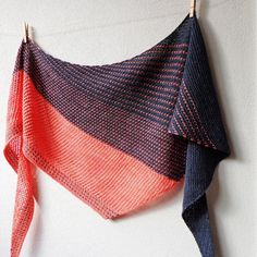 Two contrasting colors worked in a mix of garter, plus slipped stitches and mesh lace makes this shawl a fun and addictive knit. Knit Cowl, Knitted Shawls, Knit Scarves, Knitting Stitches, Knitting Yarn, How To Start Knitting, Learn How To Knit, Knitting Patterns, Ideas