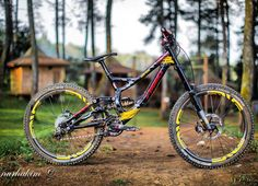 Insane Specialized demo 8 troy lee designs edition with CCDB shock and rockshock boxxer fork. Work by Nurhakim Hot or not? Coment below #downhilladiction by downhilladiction