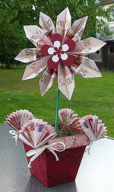 A flowery money idea, for example for a wedding or a birthday - Lustige geldgeschenke - HoMe Money Flowers, Paper Flowers, Diy Presents, Diy Gifts, Diy Birthday, Birthday Gifts, Diy And Crafts, Paper Crafts, Money Origami