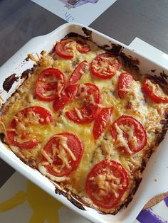 Witlof ovenschotel Gekookte en gestampte aardappels in de ingevette ovenschaal. Geruld gehakt op de aardappelen. Witlof kontje en buitenste bladeren eraf en de bittere kern eruit gehaald, even voorkoken. Plakje ham eromheen. Peper en zout nog erover. Een kuipje Boursin Cuisine uitsmeren eroverheen. Geraspte Belegen Kaas erop. Gesneden plakjes tomaat met peper en kaas erop. 20 minuten in de oven 225
