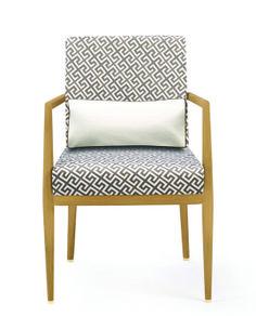 Meissen Couture 梅森座椅,Price Upon Request 融合傳統精髓與現代優雅,謹以此向三百年前的手工藝致敬。清新簡潔的木質框架,勾勒出端莊的線條,支撐起優雅精緻的坐墊和靠背。