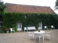 """La Roche Fleurie : ideally located, in the heart of the """"Chateaux de la Loire"""" and the Indre valley, this gite is particularly suitable for the discovry of the Chenonceau castle, the one of Amboise, Chambord, Cheverny, Azay-le-Rideau... This former is a very comfortable and independant residence which overlook a park of 10 000 m²."""