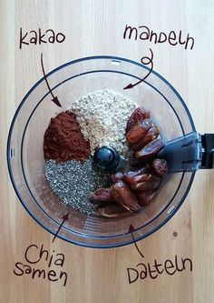 Kleine Energy-Balls aus Chiasamen, Mandeln und Datteln. Perfekt zum Snacken oder als Frühstück! www.knabberkult.de