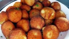 Také si rádi jako přílohu dáte ke šťavnatému kousku masa křehoučké bramborové krokety? Pak Vás dnes potěšíme dvojnásob. Představíme Vám recept, podle kterého si snadno můžete připravit krokety, avšak rovnou bramborové se sýrem. Jejich chuť je naprosto neodolatelná. Každé bramborovo-sýrové sousto se Vám rozplyne na jazyku a Vaše rodina už o jinou přílohu stát nebude. […] Bread Dough Recipe, Hungarian Recipes, Potato Dishes, Fried Potatoes, Food 52, Vegas, Food And Drink, Appetizers, Lunch
