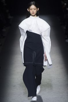 awesome Jacquemus Fall 2016 Ready-to-Wear Fashion Show - Vogue Fashion Week Paris, Runway Fashion, Fashion Show, Fashion Outfits, Womens Fashion, Fashion Trends, Dubai Fashion, Milan Fashion, Fashion Fashion