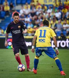 Las Palmas' midfielder Momo (R) vies Barcelona's Argentinian forward Lionel Messi  during the Spanish league football match UD Las Palmas vs FC Barcelona at the Gran Canaria stadium in Las Palmas de Gran Canaria on May 14, 2017. / AFP PHOTO / DESIREE MARTIN