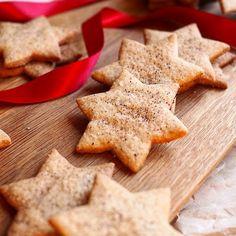 Mummun vaaleat piparkakut toivat ihania makumuistoja lapsuuden jouluista. Tänään leivoin niitä ensimmäistä kertaa itse perintöreseptillä.#kulinaari #uusipostausblogissa #linkkiprofiilissa👆🏻 #joulu #perintöresepti #vaaleatpiparkakut #joululeivonta #in...