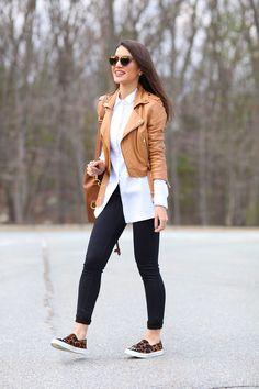 Camila Coelho Camisa: Topshop | Jeans: J Brand | Jaqueta: Animale | Sapato: Carmen Steffens | Óculos: Dior | Bolsa: Ralph Lauren