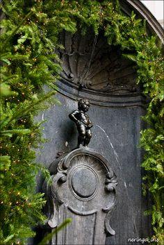 Manneken Pis in Brussel. Het is één van de beroemdste Belgische en Brusselse monumenten. Het bevindt zich in de eikstraat in Brussel.