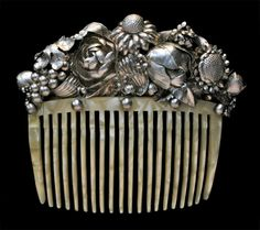 """ein-bleistift-und-radiergummi: """"H. Haege Wiener Werkstätte Style Comb 'Basket of Flowers', Germany This remarkable silver comb has been made in high grade silver to allow for the fine. Vintage Hair Combs, Vintage Hair Accessories, Bridal Accessories, Or Antique, Antique Jewelry, Vintage Jewelry, Art Nouveau, Argent Antique, Art Deco Hair"""